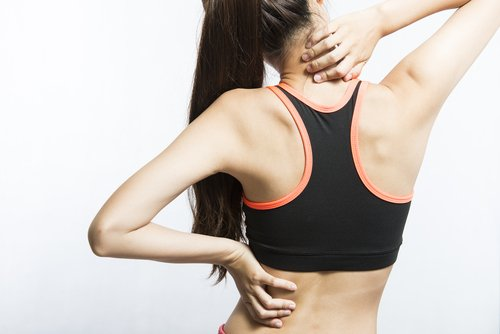 mujer con dolores musculares